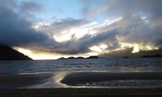 Otra vista del Seno Almirantazgo. Atardecer en Caleta María, Tierra del Fuego.