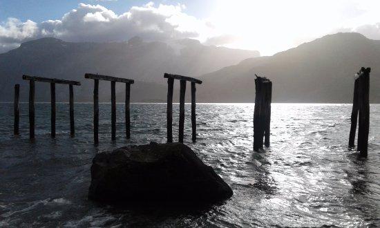 Vestigios al atardecer en Caleta María, Tierra del Fuego.