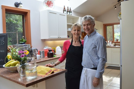 Hedgerow House Bed & Breakfast: Peter & Jayne our lovely hosts. Such a pleasant couple!