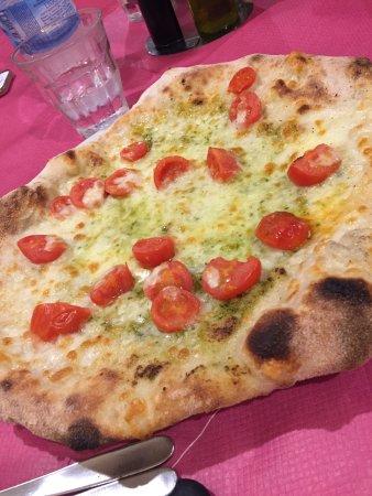 pesto and cherry tomato pizza - Picture of Dar Poeta, Rome ...