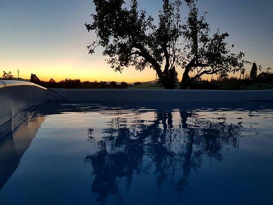 Scandicci, İtalya: piscina al tramonto