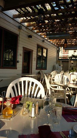 Jamestown, CA: Pet-friendly patio dining