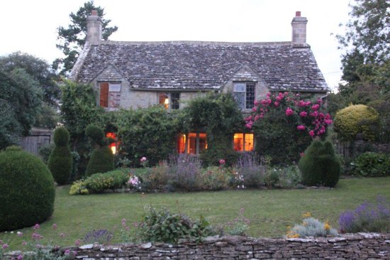 Yew Tree Cottage Bed and Breakfast: Yew Tree Cottage at dusk
