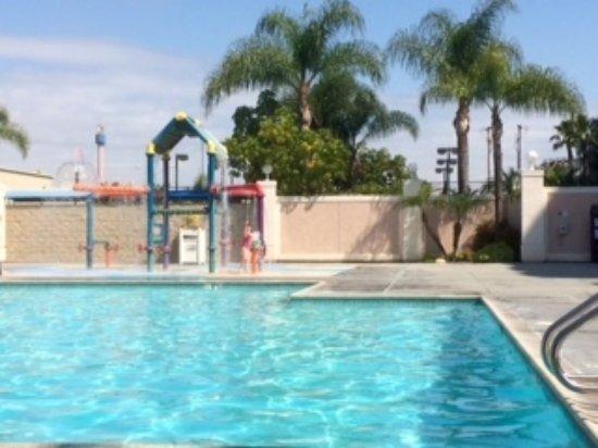 Knott's Berry Farm Hotel: Pool area with children's splash facility