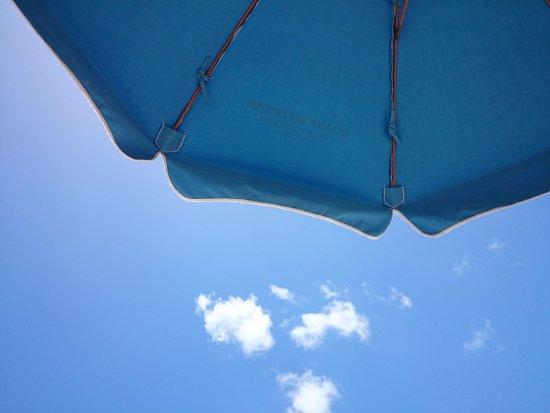 Moana Surfrider, A Westin Resort & Spa: ホテルのロゴが入ったビーチパラソルでリッチな気分