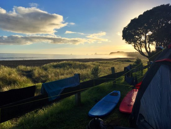Taranaki Region, Neuseeland: Our beach front camping spot at sunrise - heaven!