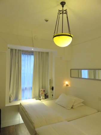 The Charterhouse Causeway Bay Hotel: Small but functional room - Charterhouse Hotel - HK (01/Apr/17).