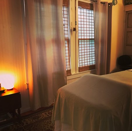 Ocracoke, Carolina del Norte: Treatment rooms at the Secret Garden Gallery location