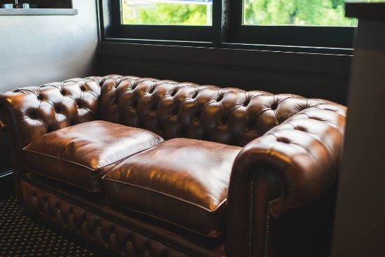 Orange, Australia: Chesterfields Wine & Whiskey Bar lounge