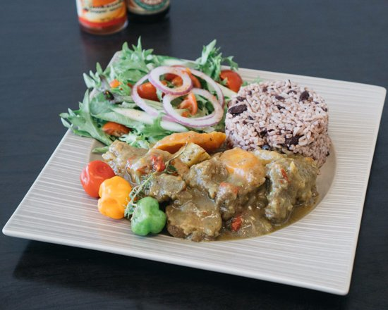 Mermaid Waters, ออสเตรเลีย: MAMA Jamroc Traditional Curry Goat, Rice & Peas and Garden Salad