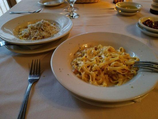 Carle Place, Estado de Nueva York: Our pasta course...Fettuccini Carbonara more like linguini no? Heck, it was DELISH!