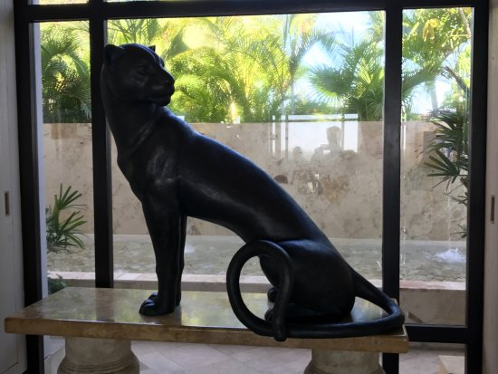 Fairmont Mayakoba: Lobby. Nice to have a panther keeping an eye on things.