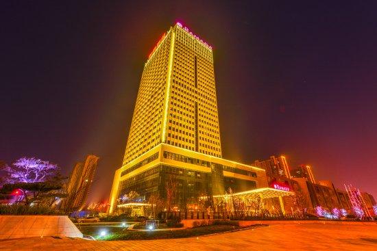 Heze, China: 酒店夜景图