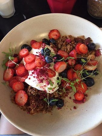 Huskisson, Australië: Pistachio granola, yoghurt panacotta & marinated strawberries