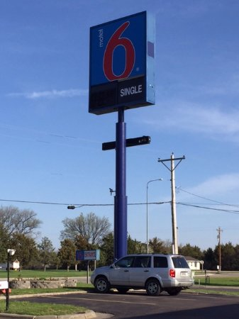 Motel 6 Mitchell: Can't miss the sign