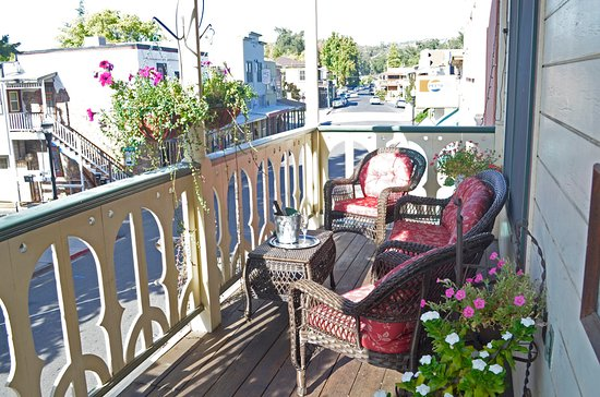 Jamestown, Californie : Relaxing hotel balcony - watch the world go by on the street below