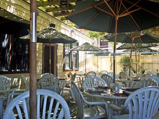 National Hotel & Restaurant : Patio Dining