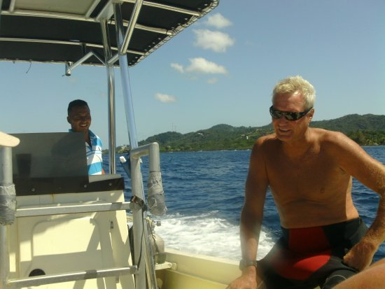 West End, Honduras: Instructor Tim headed out to sea for some bottom time