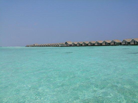 LUX* South Ari Atoll: ロマンティックプール付き水上ヴィラへの桟橋からの眺め(東向き)