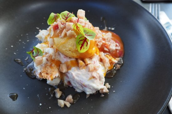 Balmain, Australië: coconut eton mess with sweet corn ice cream