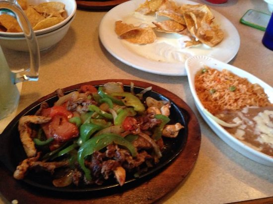 เชโรกี, ไอโอวา: Sizzling hot steak and chicken fajitas