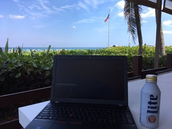 Singer Island, فلوريدا: Working with the view from Coconuts.