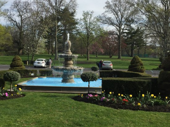 Glen Cove, NY: Beautiful grounds and entrance! Weekends really busy and can be loud with events.