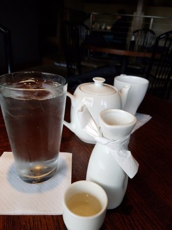 Houghton, MI: Happy hour sake was as nice as their tea and our server kept my water filled