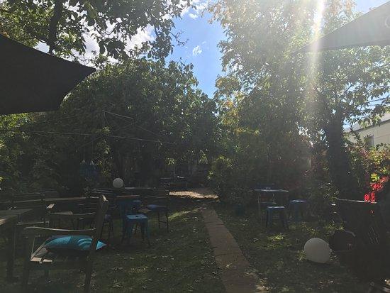 Millthorpe, Australia: Super Green Garden, Wooden Seating