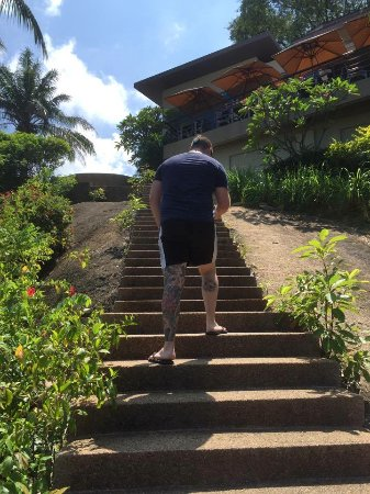 The Cliff Bar and Grill : Walking back up the stairs that lead from the water to the restaurant