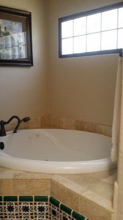 Tubac Golf Resort & Spa: Jacuzzi. Lots of daylight in the bathroom.