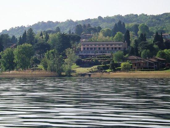 Ranco, Itália: L'hotel visto dal lago