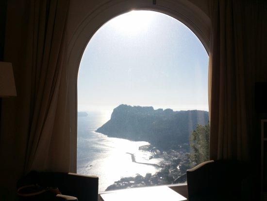 Hotel San Michele: Aprendo la tenda...di fronte a voi...un panorama stupendo su Capri