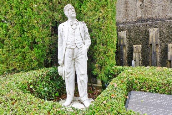 Puccini Statue