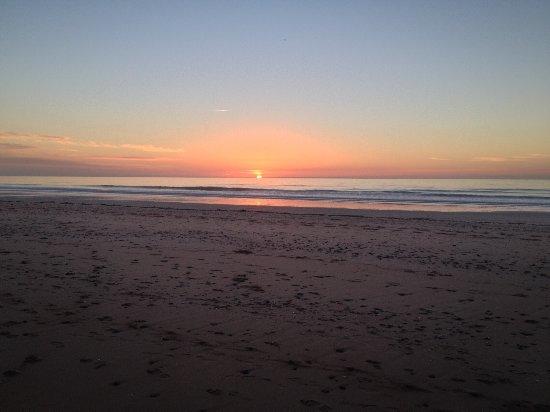 Brehal, Франция: coucher de soleil en janvier marée basse