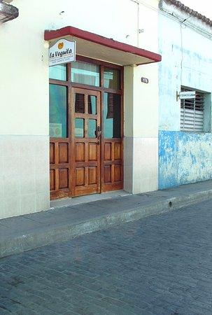 Santa Clara, Küba: 工場の向かいに葉巻ショップがあります