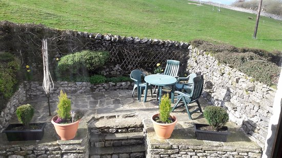 Horton-in-Ribblesdale, UK: Patio to the back of cottage