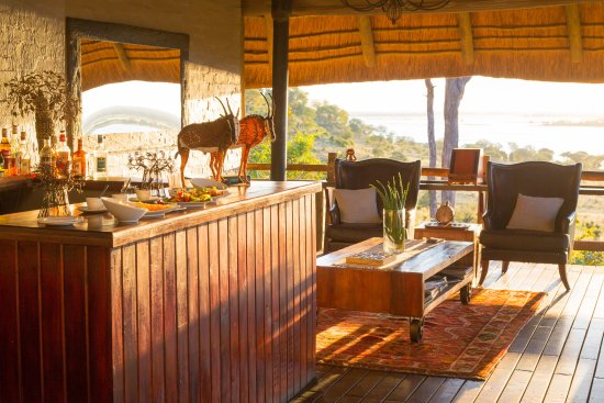 Ngoma Safari Lodge: Sunset in the lounge with drinks and snacks