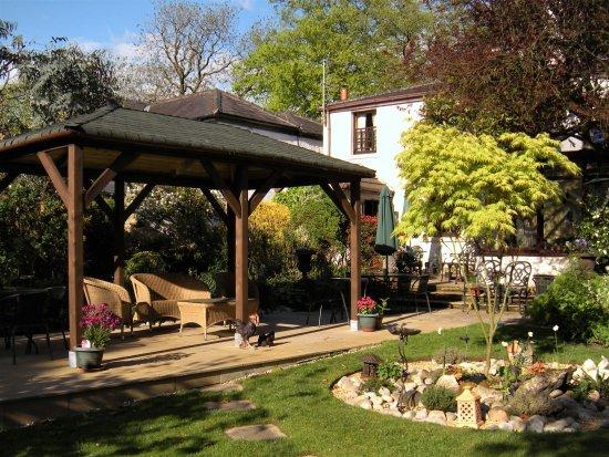 Chorley, UK: Pergola in the Orchard Tea Garden