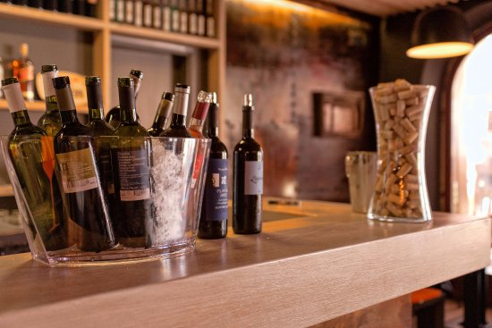 Wine Bar & Restaurant Artichoke: All local wines in one place - come and taste it!