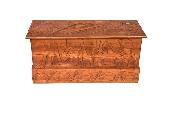 Surrey, Canadá: Squamish carved Cedar Blanket Box