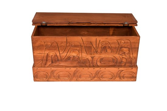 Surrey, Canadá: Cedar carved Squamish blanket box