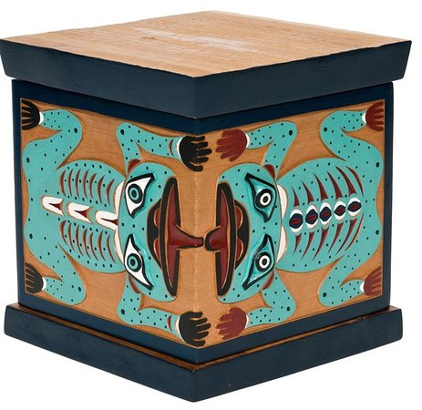 Surrey, Canadá: Nanaimo carvedpainted bentwood box by Good