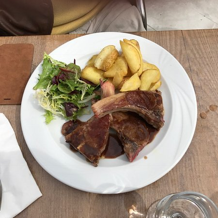 Tourtour, Francia: Lamb chops with roast potatoes and salad