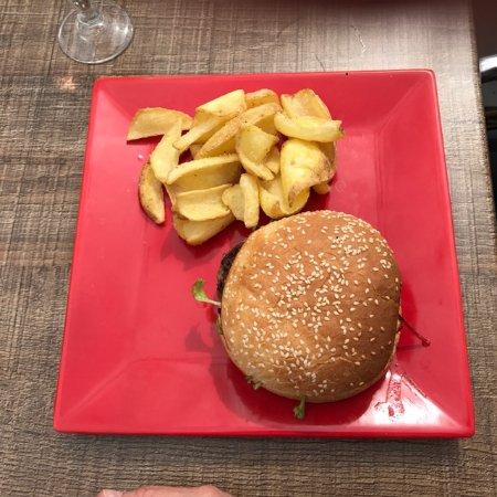 Туртур, Франция: Cheeseburger with roast potatoes