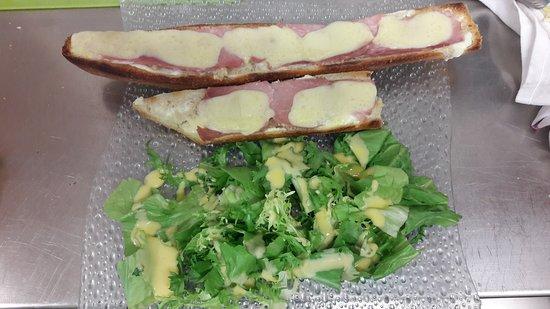 Port-en-Bessin-Huppain, France : Tartine savoyarde avec sa salade verte