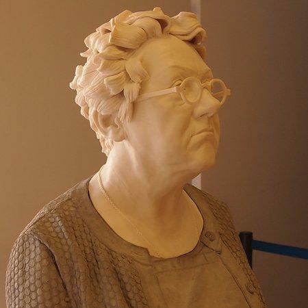Galería Nacional de Irlanda en Merrion Square: a contemporary sculpture (clay?)