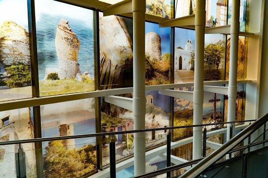 Museo de Nerja: Ventanal principal con 28 fotografías de gran interés histórico y natural de Nerja