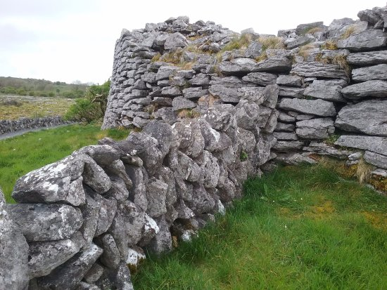 Caherconnell, Ireland: Outside wall