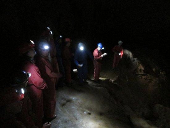Roznava, Eslovaquia: Group sighstseeing of Krasnohorska Cave